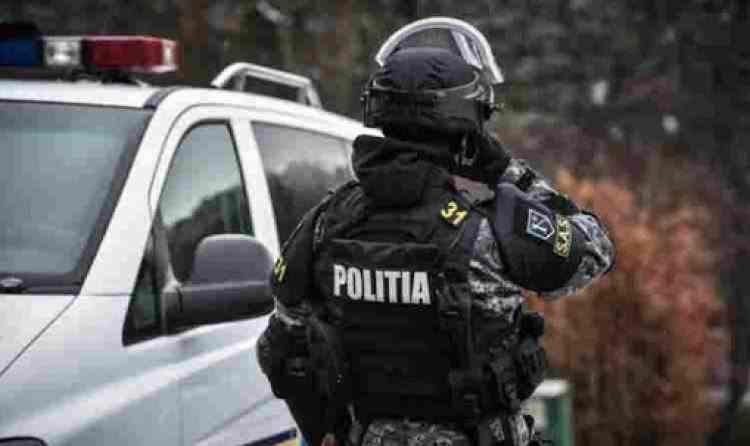 Un polițist, tras pe linia moartă pentru că și-a făcut datoria