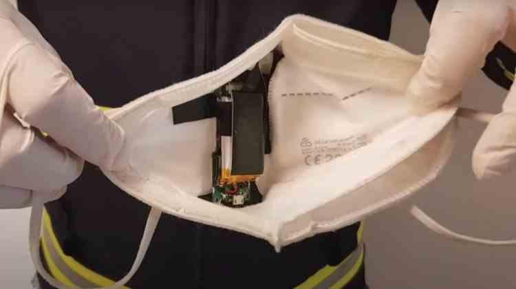 Un bărbat și-a pus o cameră video în mască pentru a copia la examenul de permis auto