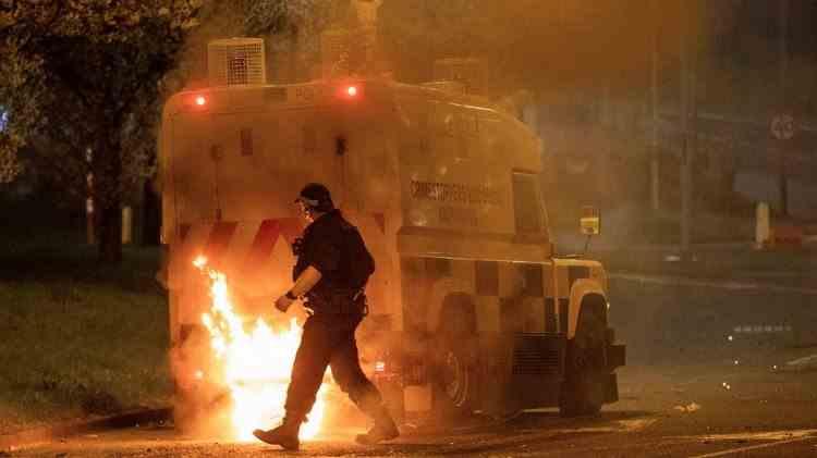 Zeci de polițiști din Irlanda de Nord au fost răniți în timpul protestelor violente izbucnite pe fondul nemulțumirilor față de acordul Brexit