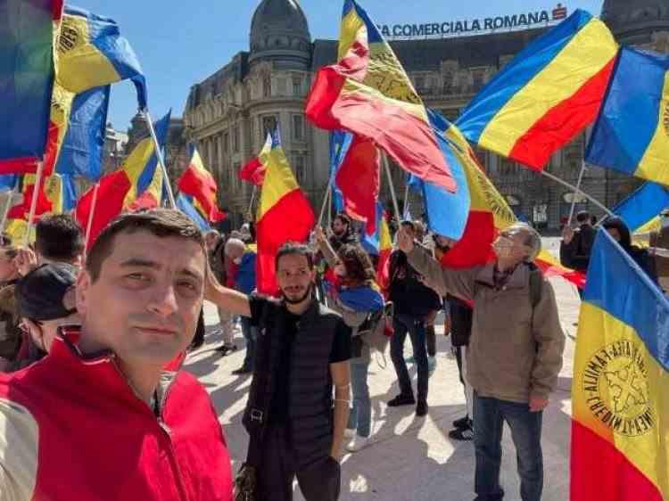 Noi proteste în Bucureşti: Simpatizanţii AUR s-au strâns în Piaţa Universităţii, în Piaţa Victoriei se adună oameni sosiţi din ţară cu autocarele