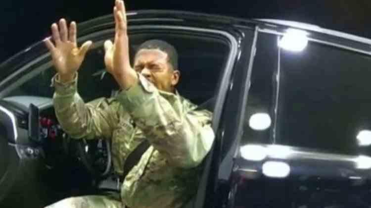 Un militar de culoare a fost scos din maşină de polițiști sub ameninţarea armelor şi stropit cu spray paralizant