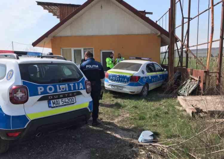 O autospecială de Poliție s-a oprit în peretele unei case, în județul Iași - Polițistul a încercat să evite un accident