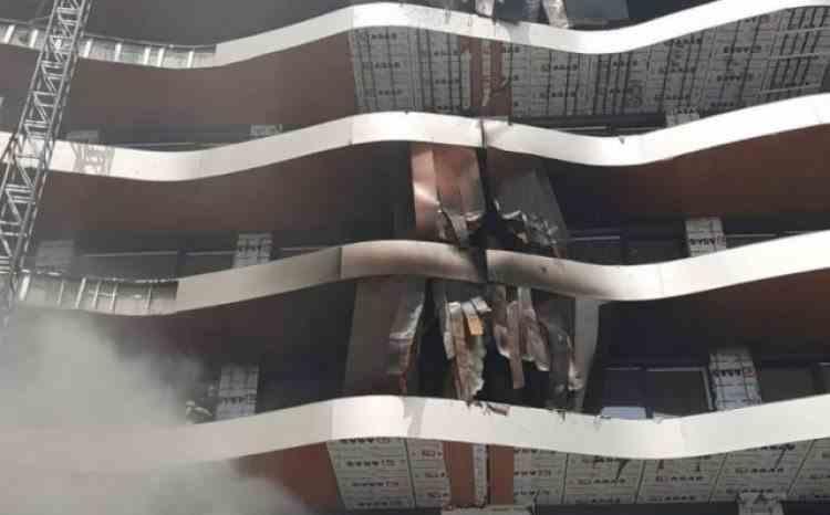 Intervenție de amploare a pompierilor după ce un incendiu a cuprins o construcție din Mamaia Nord