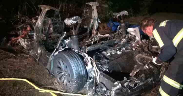Doi bărbați au murit după ce mașina Tesla pe care o testau, condusă de pilotul automat, a intrat într-un copac și a luat foc