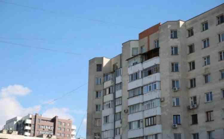 Un bărbat de 66 de ani a murit după ce s-a aruncat de la etajul 8 al unui bloc din București