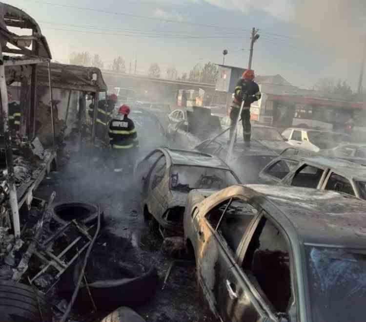 Incendiu de proporții în parcul regiei de transport din Craiova - Au ars mai multe autobuze și mașini ridicate de pe domeniul public