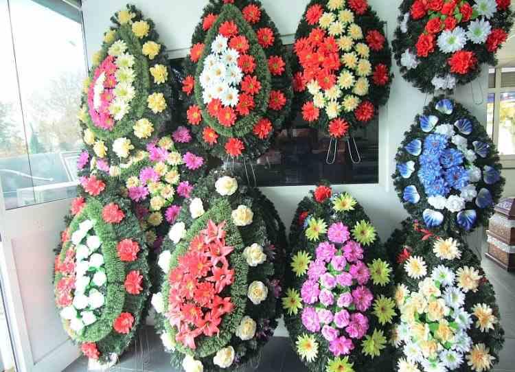 Coroanele din plastic sau cu inserție de sârmă au fost interzise în cimitirul din Oradea