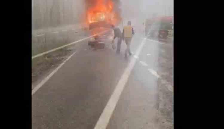 Un microbuz cu pasageri de pe ruta Iași - Vaslui a luat foc în mers