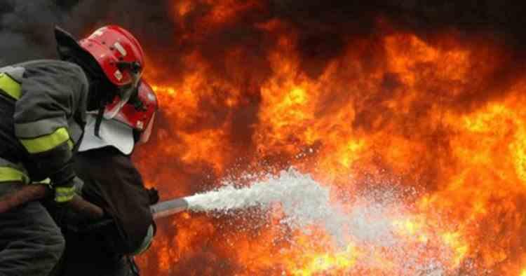 Incendiu puternic la o fabrică de mobilă din Reghin