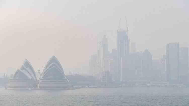 Autorităţile din Sydney au recomandat oamenilor să rămână în case din cauza fumului degajat de incendiile de vegetaţie