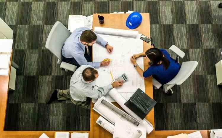 Obligația de a purta mască în birouri ar putea fi eliminată dacă toți angajații sunt vaccinați