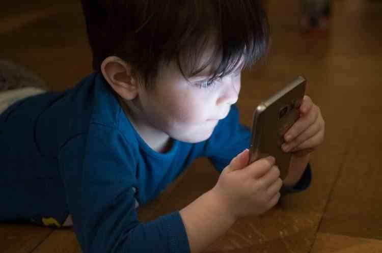 Un copil de patru ani și-a salvat mama sunând la numărul scris pe mașina lui de jucărie