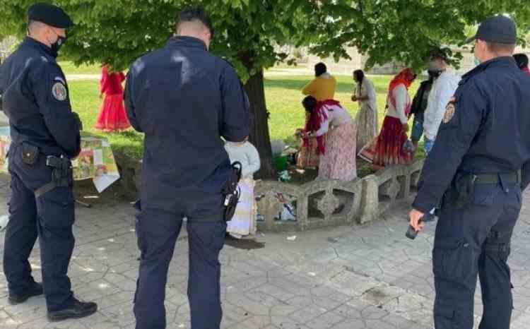 Mai multe persoane au fost sancționate de jandarmi după ce au organizat un picnic într-un cimitir din Galați, de Paștele Blajinilor