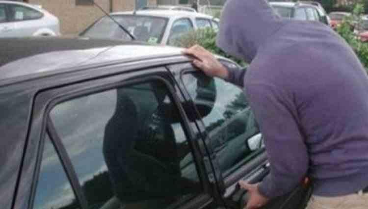 O bunicuță din Buzău a sunat la poliție pentru a reclama că nepotul ei a venit acasă cu o mașină furată