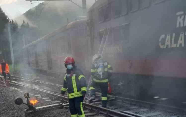 Locomotiva unui tren privat a luat foc vineri dimineața în gara din Sinaia