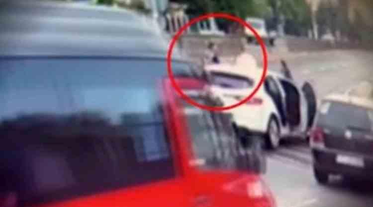 O tânără polițistă a fost scuipată, înjurată și agresată de un interlop, în mijlocul străzii