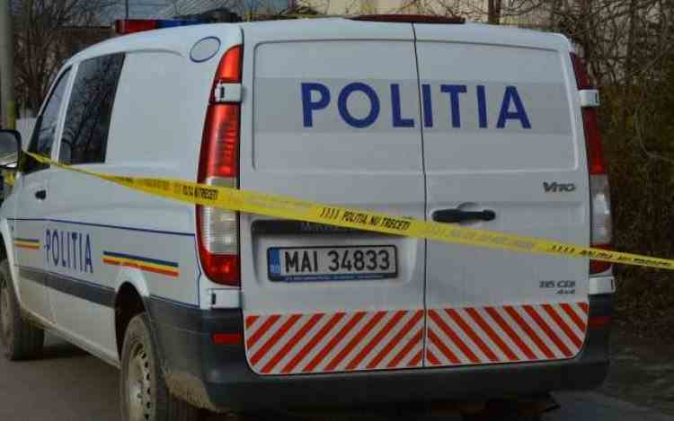 Un bărbat și-a înjunghiat mortal soția și fiul în curtea unei biserici din Argeș