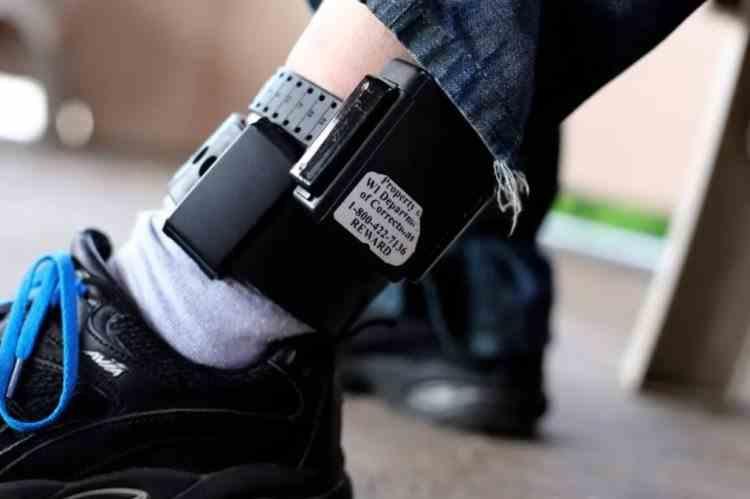 Președintele Iohannis a promulgat legea care permite monitorizarea cu brățări electronice în cadrul procedurilor judiciare și execuțional penale