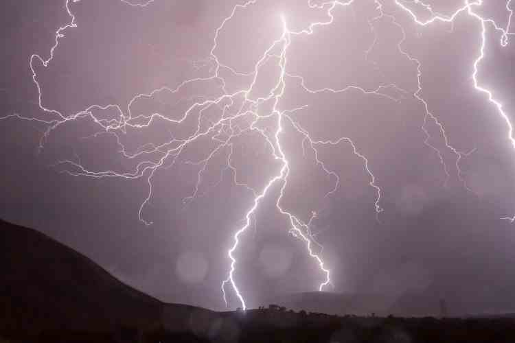 Avertizare ANM de ploi și furtuni violente pentru aproape toată țara