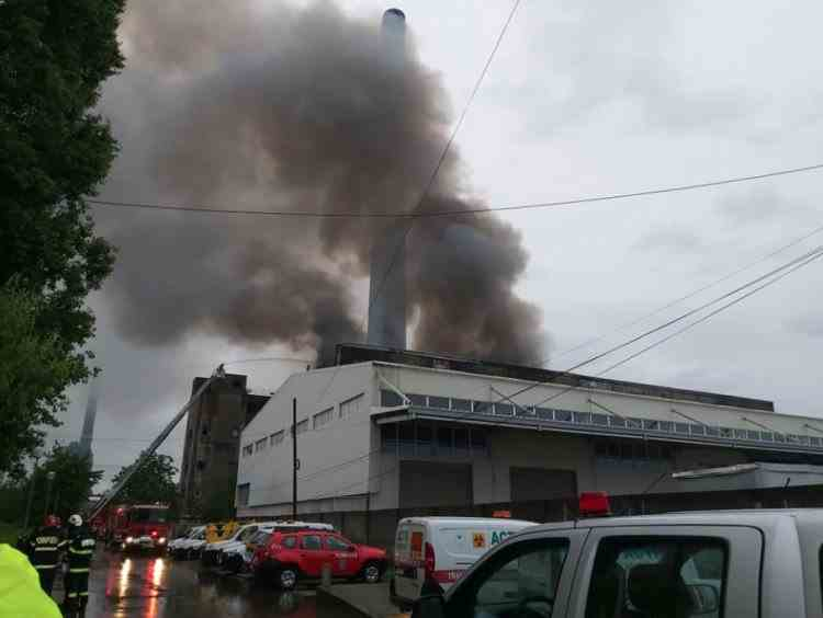 Un sinucigaș ar fi provocat un incendiu de proporții la un incinerator de deșeuri periculoase din Prahova