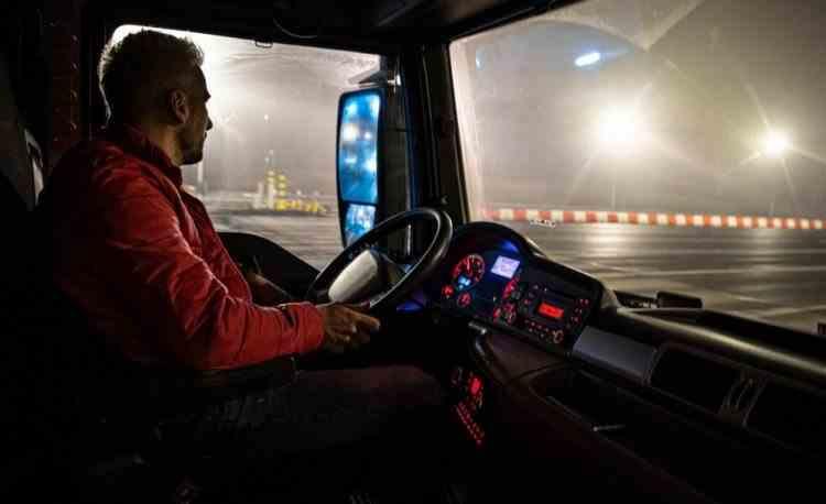 Un șofer român de TIR, atacat de hoți înarmați cu săbii, a reușit să salveze un coleg gazat în cabină, într-o parcare din Franța