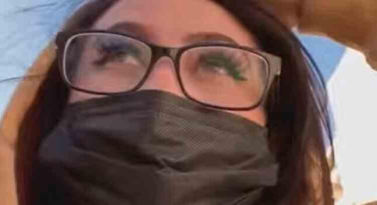O femeie din Texas a fost arestată după ce a mers la școală deghizată în fiica ei adolescentă
