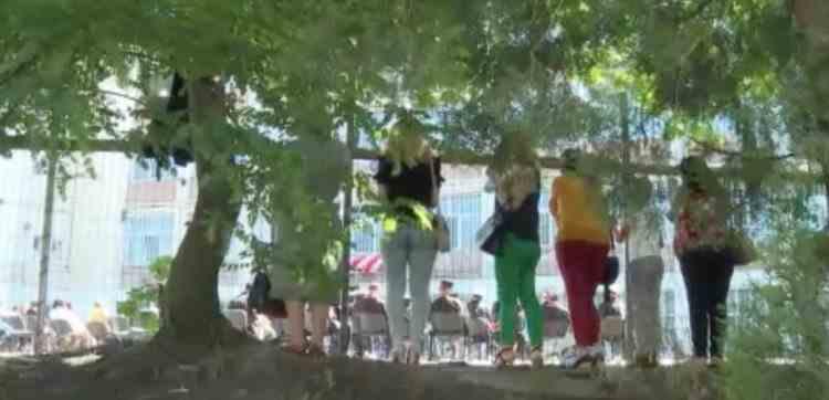 Mai mulți părinți din Galați au urmărit ceremonia de absolvire a copiilor lor de după gardul liceului - Măsurile impuse de DSP