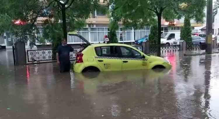 Mai multe bulevarde din Craiova au fost inudate după o ploaie torențială