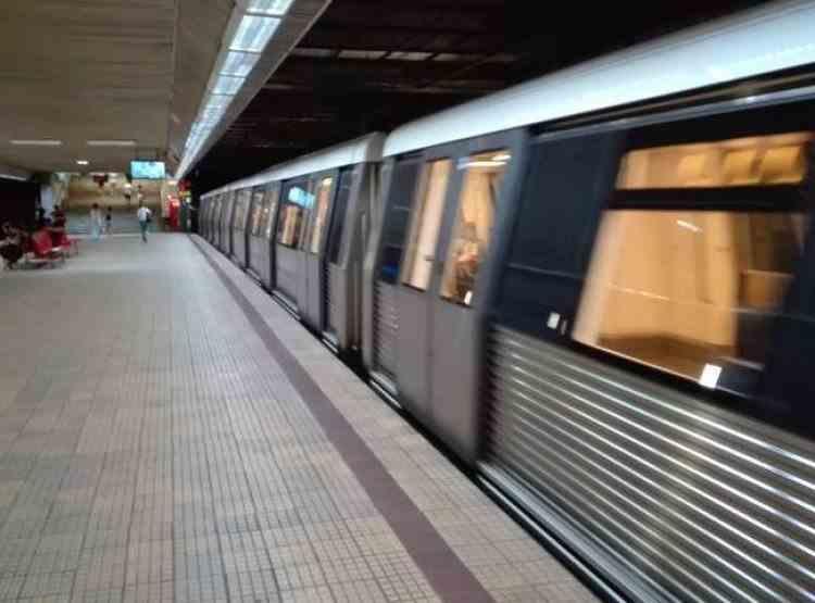 Circulația metroului din București este îngreunată după ce o femeie s-a aruncat pe șine, la stația Lujerului