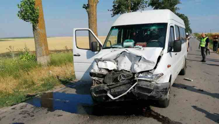 Accident deosebit de grav cu un microbuz școlar, în Dâmbovița - Cel puțin doi morți