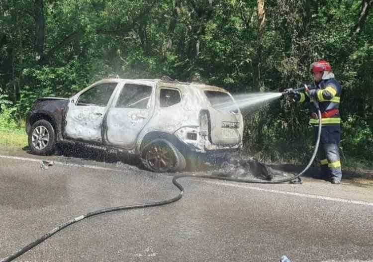 O mașină a fost făcută scrum la marginea Drumului European E87 - Cauza incendiului ar fi fost un scurtcircuit