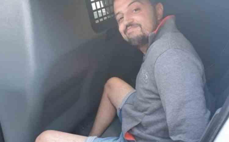 Bărbatul care a înjunghiat mortal în fața blocului un interlop din Galați, a cântat în drum spre arest - Criminalul și-ar fi răzbunat fratele