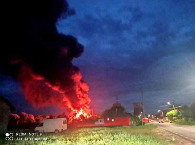 Pompierii din Mureș încearcă de 15 ore să stingă un incendiu izbucnit la o fabrică de mobilă