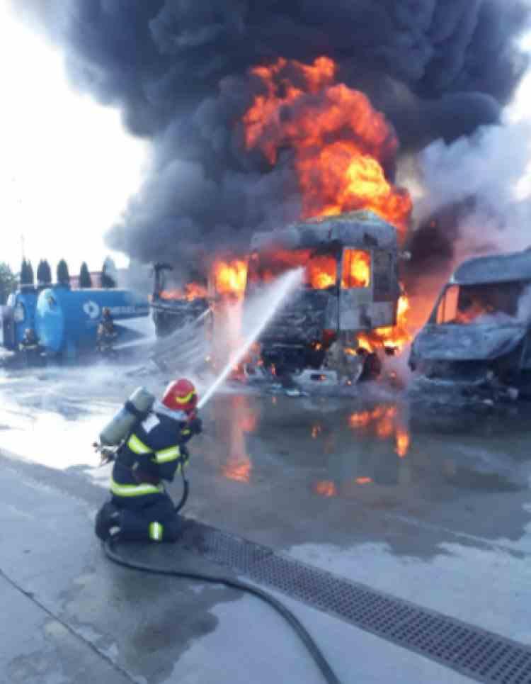 Incendiu de proporții într-o parcare de TIR-uri din Vâlcea