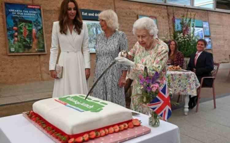 Momentul amuzant în care Regina Elisabeta a II-a încearcă să taie un tort cu sabia