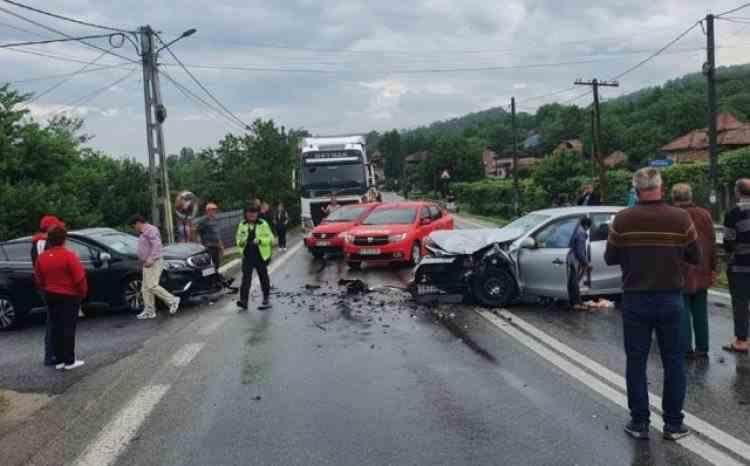 Circulație blocată în Vâlcea, după un accident în care au fost implicate două mașini