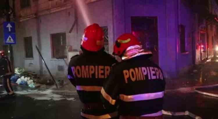 Un bărbat a murit și mai multe persoane au fost evacuate în urma unui incendiu izbucnit la o locuință din București