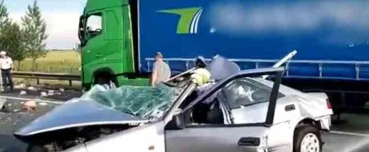 Un șofer german a intrat cu mașina într-un TIR parcat, în apropierea Vămii Nădlac