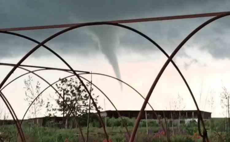 Un vârtej care semăna cu o tornadă a speriat turiștii de pe plaja Corbu