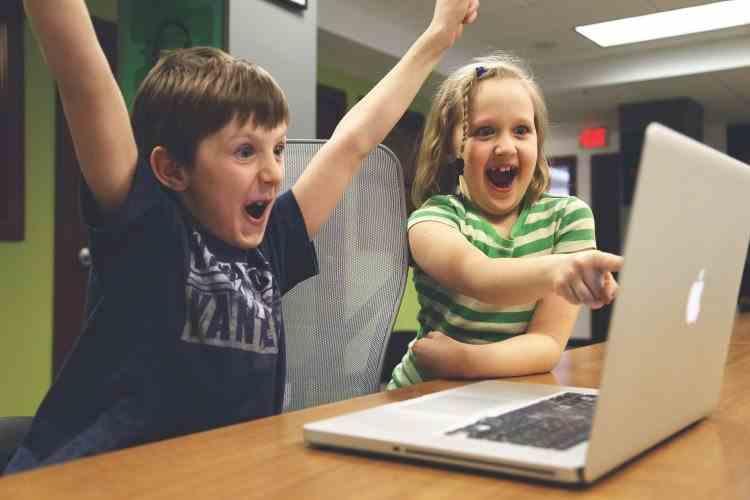 Bani de la stat pentru elevii și studenții care vor să-și achiziționeze un calculator - Condiții de înscriere