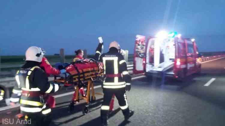 O persoană a murit și alte 16 au fost rănite după ce un microbuz a intrat într-un TIR parcat, în apropiere de Arad