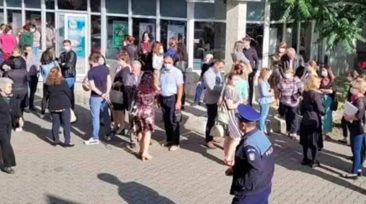 Zeci de angajați ai Primăriei Focșani au protestat luni dimineața în fața instituției