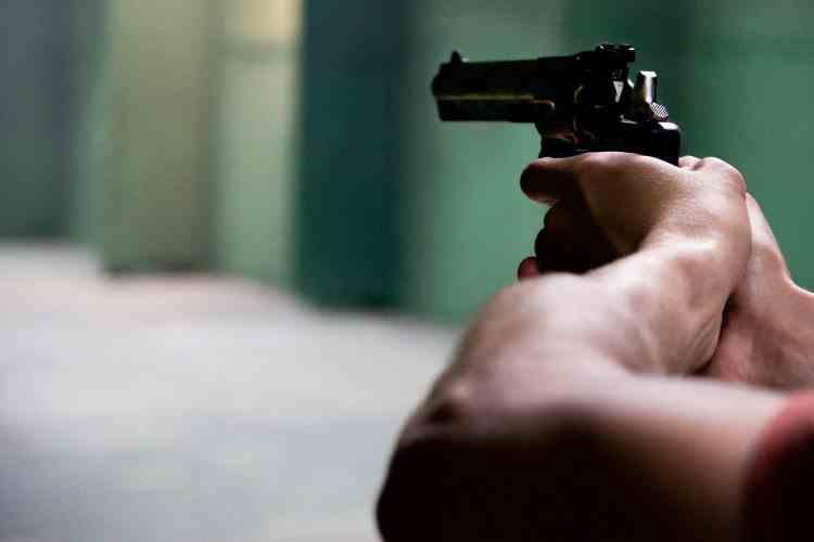 Scandal cu focuri de armă, într-o comună din Ilfov - O femeie a fost atacată cu cărămizi