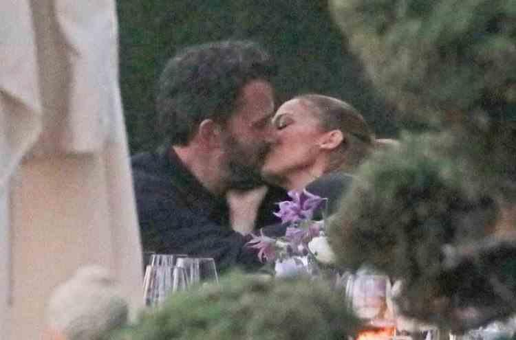 La aproape 20 de ani de la despărțire, Jennifer Lopez și Ben Affleck au fost surprinși sărutându-se pe terasa unui restaurant