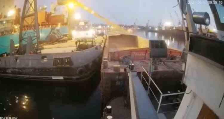 Momentul în care brațul unei macarale se prăbușește peste o navă, în Portul Constanța