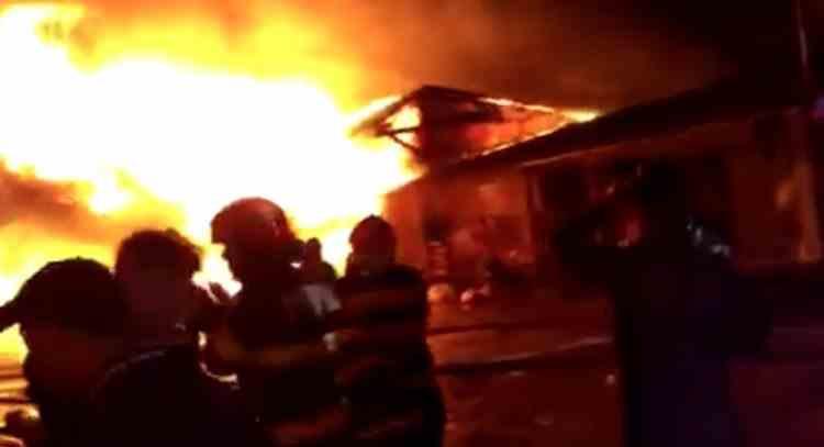 Un incendiu puternic a izbucnit marți seara la un depozit de mase plastice din Bârlad