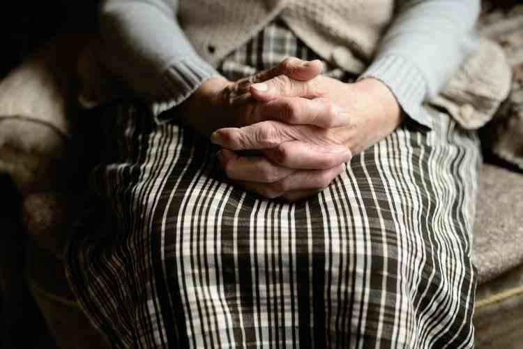 """O femeie de 82 de ani a fost păcălită prin metoda """"Accidentul"""" și i-a dat unui bărbat 130000 de euro"""