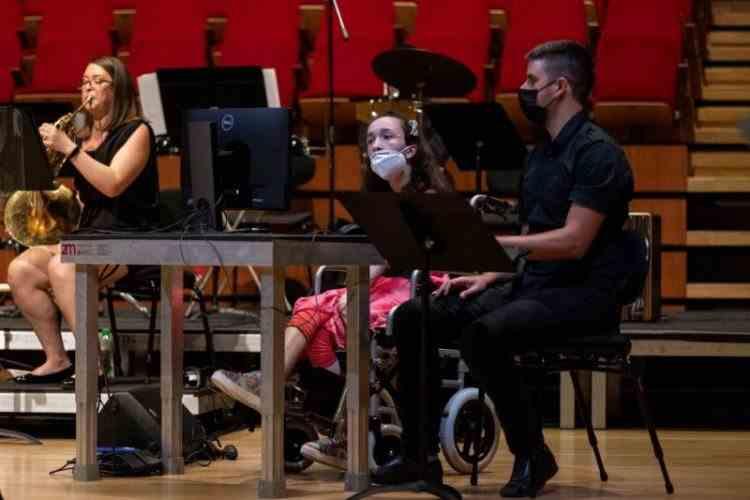 O tânără cu dizabilități din Grecia poate să cânte la harpă cu ochii