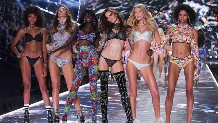 """""""Îngerașii"""" de la Victoria's Secret vor fi înlocuiți cu modele cu forme și modele transgender"""