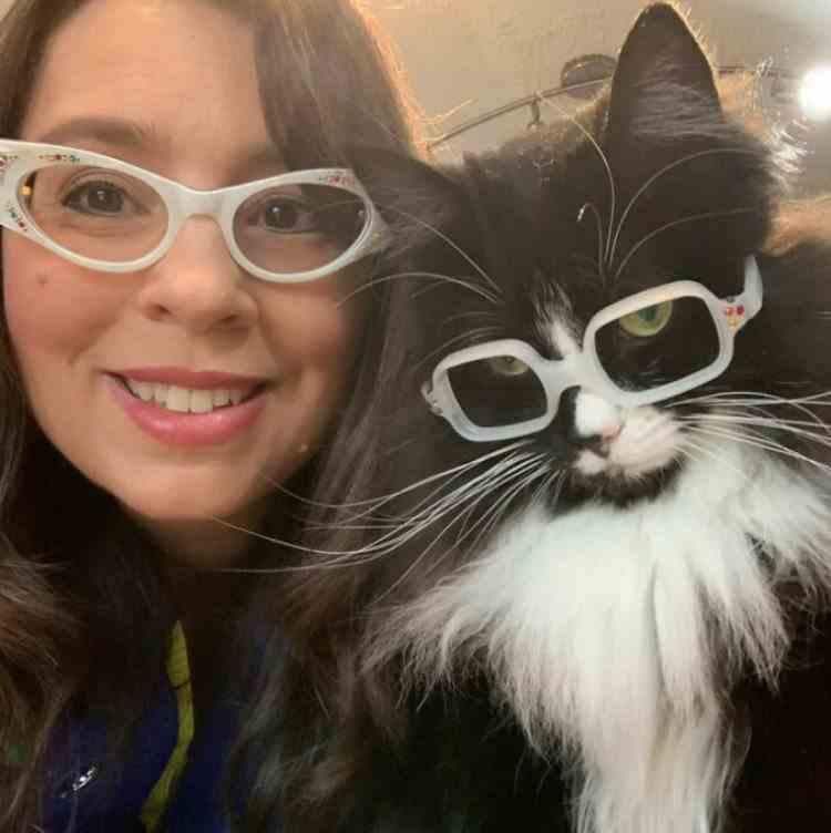 FOTO: O pisică cu ochelari, salvată de un medic oftalmolog, a ajuns să ajute copiii cu probleme de vedere
